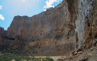 die steilen Wände des Canyons